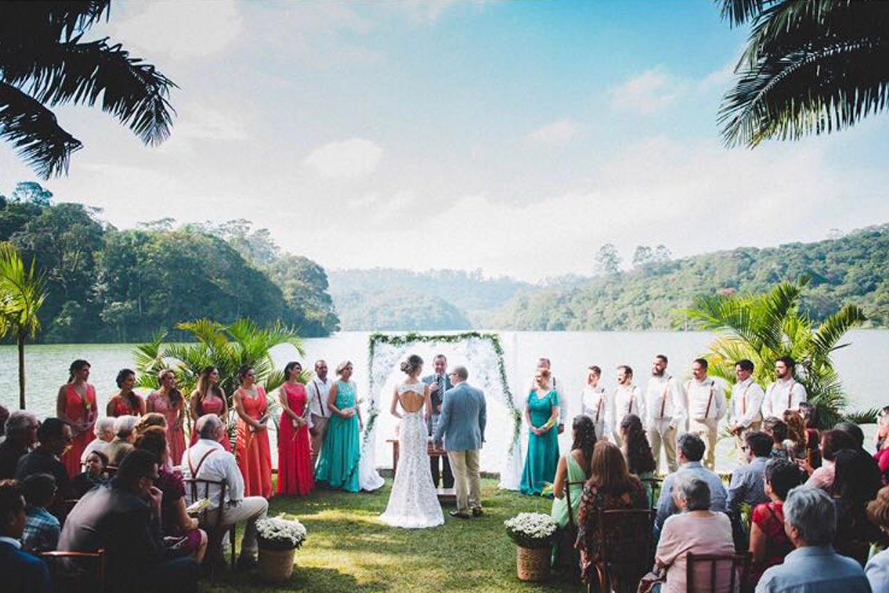 Foto do Rafael Spinelli, noivos e convidados em uma linda paisagem